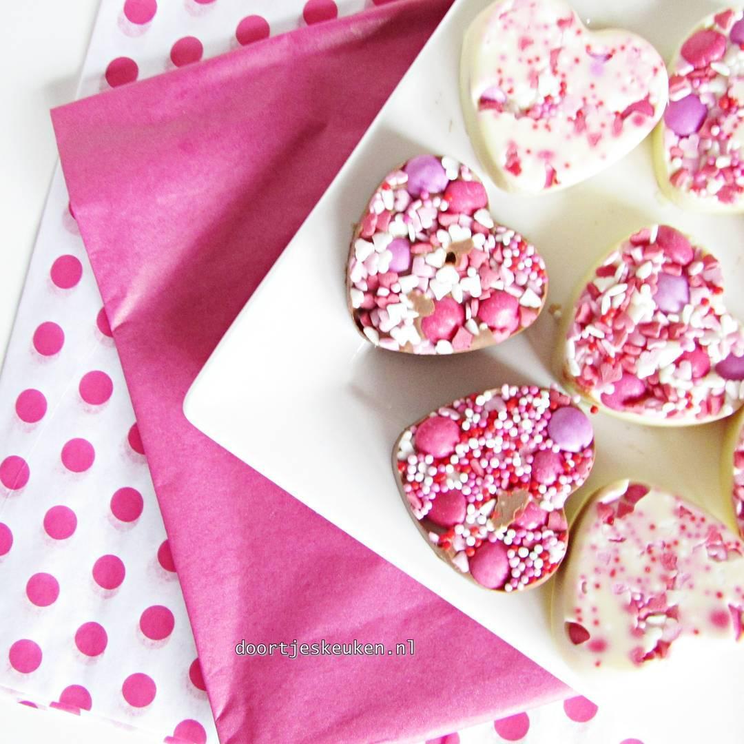 Nu online! Deze schattige lieverdjes voor #valentijnsdag! #valentijn #valentine  verras je lief of jezelf met deze overheerlijke chocolaatjes met sprinkles! #doortjeskeuken #foodies #foodie #foodblog #foodblogger #homemade #liefdevooreten #homebakery #bakery #Dutch #linkinbio #foodpics #food #eten #foodporn #foodgasm #foodphotographer