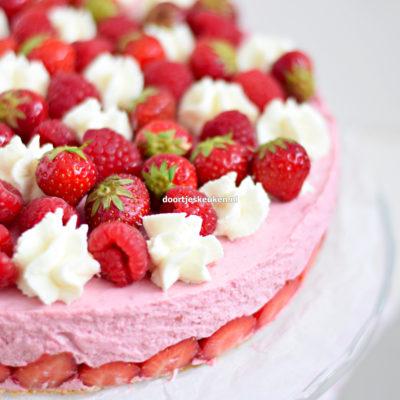 kwarktaart met frambozen en aardbeien